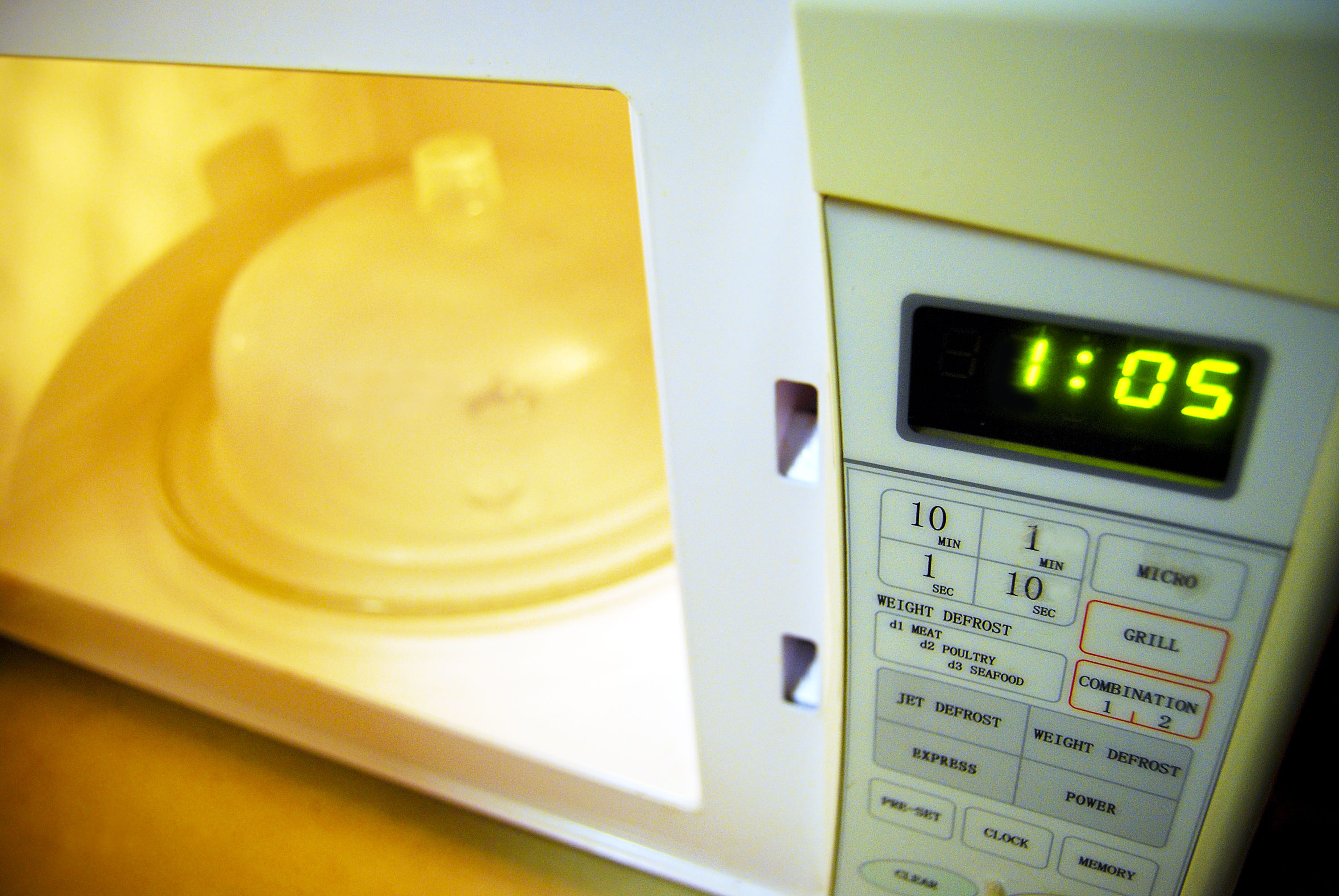 effects of microwave on food and But if microwave ovens contribute to those pandemic problems, it's not because of some mysterious effect of microwave radiation on food it's more likely because microwaves allow us to cook food quickly and consume it quickly.